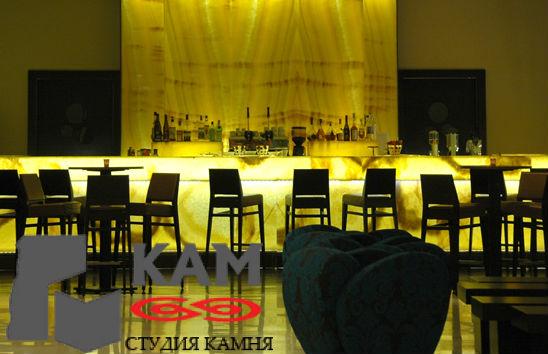Барная стойка из оникса в баре Gioja Lounge Bar