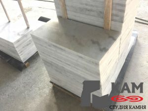 Белый мрамор серые жилы